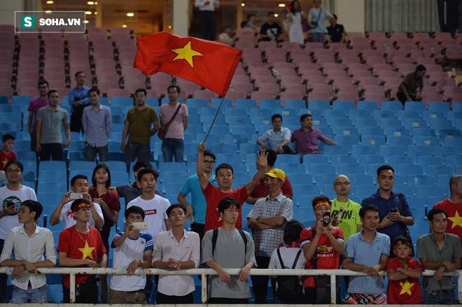 Giống Hữu Thắng, HLV Park Hang-seo có màn chào khán giả theo phong cách soái ca - Ảnh 9.