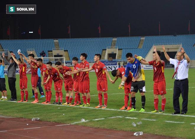 Giống Hữu Thắng, HLV Park Hang-seo có màn chào khán giả theo phong cách soái ca - Ảnh 11.