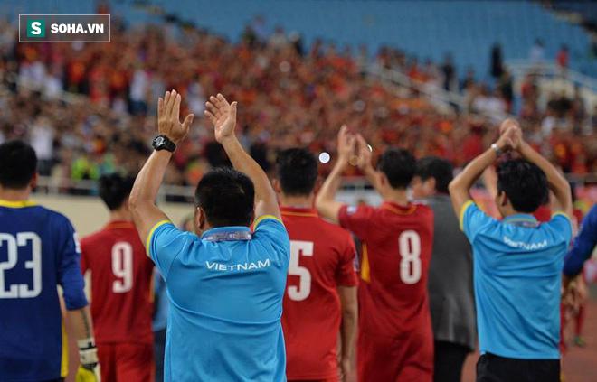 Giống Hữu Thắng, HLV Park Hang-seo có màn chào khán giả theo phong cách soái ca - Ảnh 12.