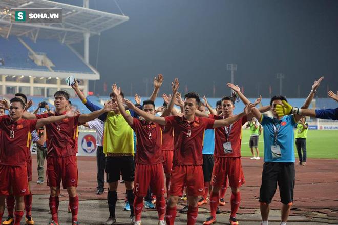 Giống Hữu Thắng, HLV Park Hang-seo có màn chào khán giả theo phong cách soái ca - Ảnh 13.