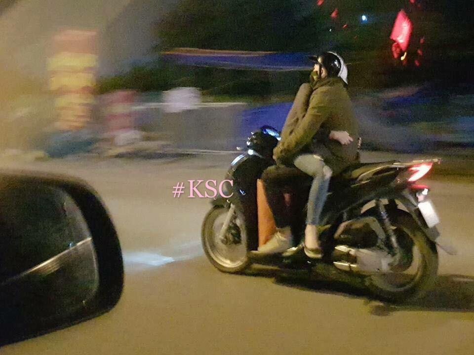 Khoảnh khắc chạy xe máy của đôi bạn trẻ khiến người ta kinh ngạc