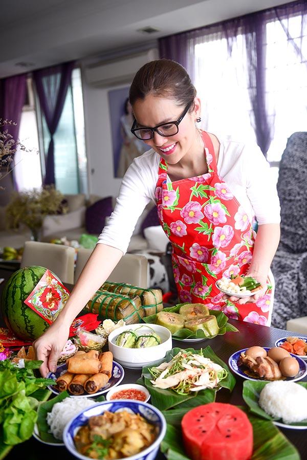 Á hậu Phương Lê tất bật vào bếp nấu bữa cơm tất niên - Ảnh 4.