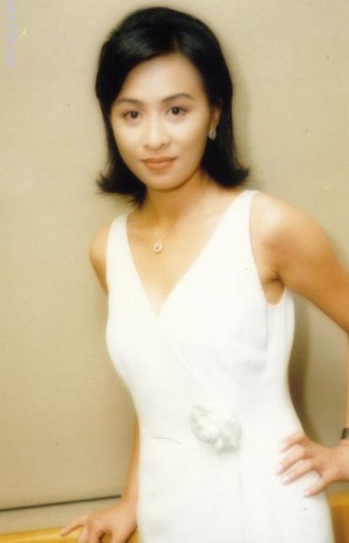 Vợ của Lương Triều Vỹ gây ngỡ ngàng vì nhan sắc gợi cảm dù đã 52 tuổi   - Ảnh 3.