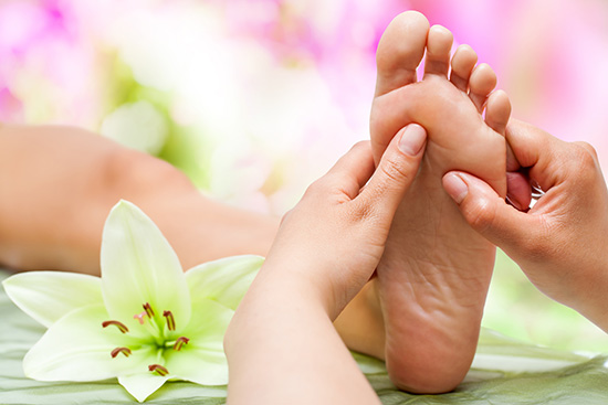Bận đến mấy cũng đừng bỏ qua việc massage 5 vị trí này nếu muốn trẻ mãi không già - Ảnh 1.