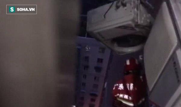 Clip: Ngã từ nóc nhà 22 tầng, chàng trai thoát chết nhờ mắc vào giá lắp cục nóng điều hòa - Ảnh 2.