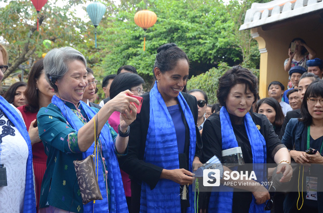 [ẢNH/VIDEO] Phu nhân/phu quân các lãnh đạo APEC hào hứng khám phá nét đẹp phố cổ Hội An - Ảnh 9.