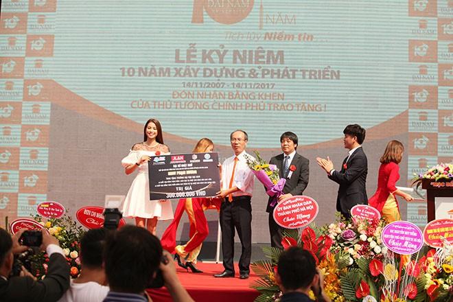 Hoa hậu Phạm Hương nhảy Flashmob cùng 1000 sinh viên Đại Nam - ảnh 2