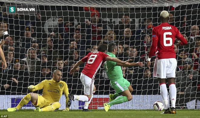 Ghi bàn dễ như lấy đồ trong túi, Ibrahimovic được phong Thánh trên Old Trafford - Ảnh 5.
