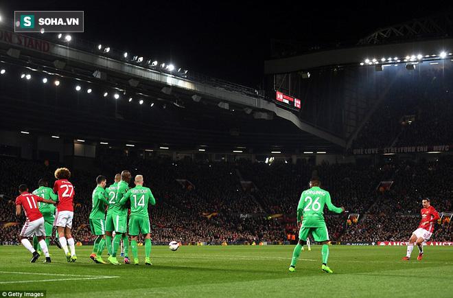 Ghi bàn dễ như lấy đồ trong túi, Ibrahimovic được phong Thánh trên Old Trafford - Ảnh 2.