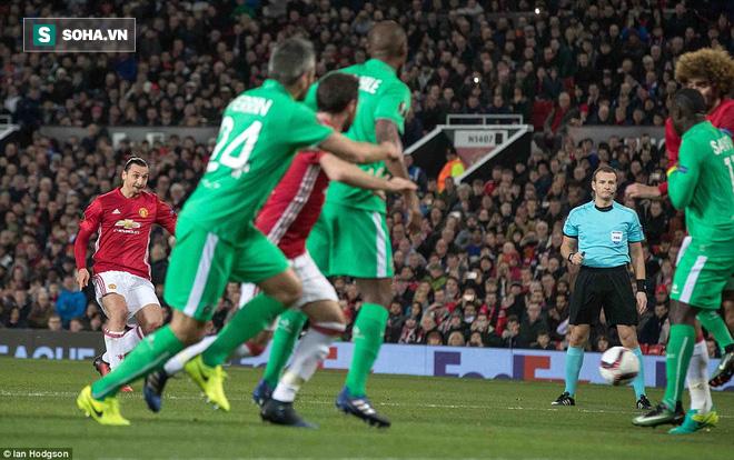 Ghi bàn dễ như lấy đồ trong túi, Ibrahimovic được phong Thánh trên Old Trafford - Ảnh 16.