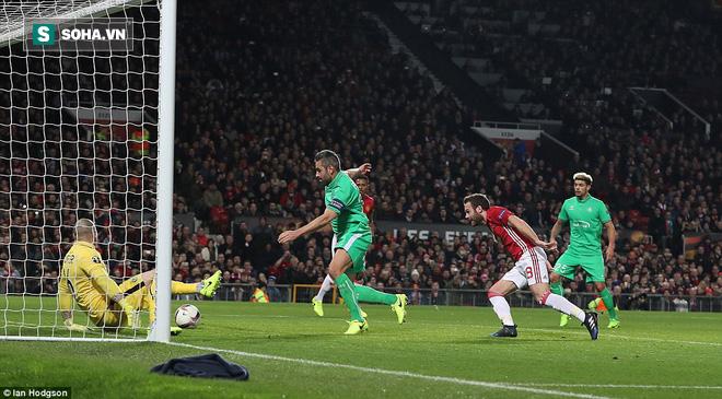 Ghi bàn dễ như lấy đồ trong túi, Ibrahimovic được phong Thánh trên Old Trafford - Ảnh 19.