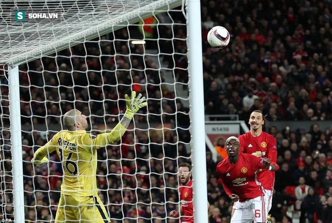 Ghi bàn dễ như lấy đồ trong túi, Ibrahimovic được phong Thánh trên Old Trafford - Ảnh 22.