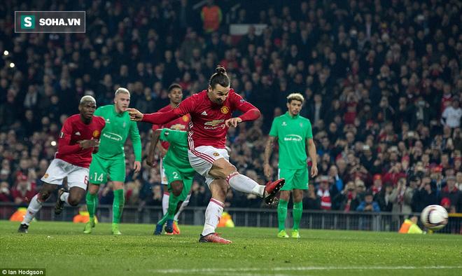 Ghi bàn dễ như lấy đồ trong túi, Ibrahimovic được phong Thánh trên Old Trafford - Ảnh 25.