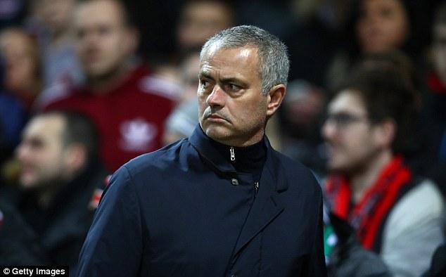 Mourinho chỉ ra sai lầm chết người khiến Man United khốn đốn của Sir Alex - Ảnh 1.