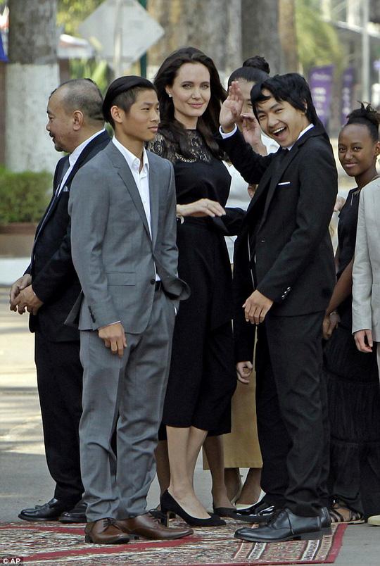 Cuộc sống sóng gió của Pax Thiên trong vụ ly dị của 2 siêu sao hàng đầu Hollywood - Ảnh 13.