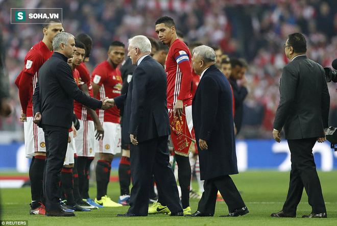 Chơi trò cút bắt, Ibrahimovic đưa Man United đăng quang trong nỗi lo thót tim - Ảnh 9.