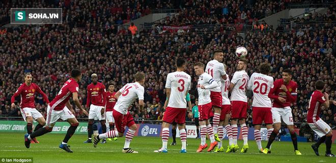 Chơi trò cút bắt, Ibrahimovic đưa Man United đăng quang trong nỗi lo thót tim - Ảnh 15.