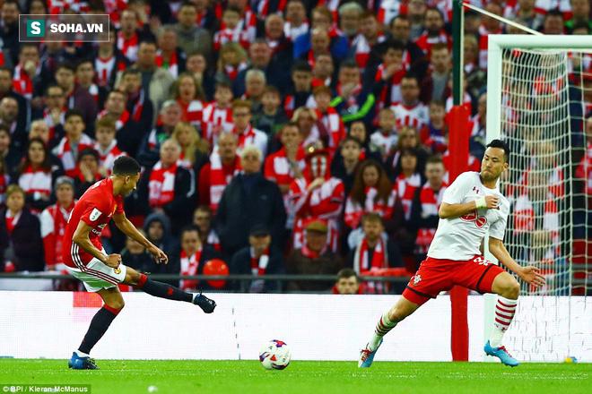 Chơi trò cút bắt, Ibrahimovic đưa Man United đăng quang trong nỗi lo thót tim - Ảnh 21.