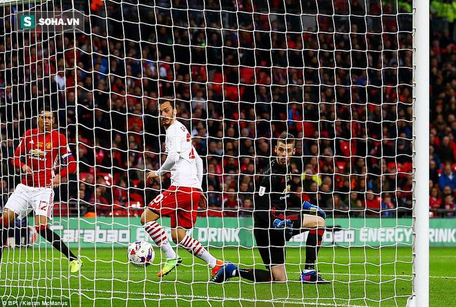 Chơi trò cút bắt, Ibrahimovic đưa Man United đăng quang trong nỗi lo thót tim - Ảnh 25.