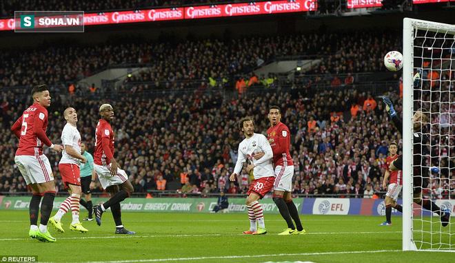 Chơi trò cút bắt, Ibrahimovic đưa Man United đăng quang trong nỗi lo thót tim - Ảnh 31.
