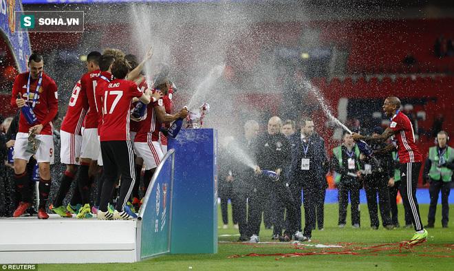 Chơi trò cút bắt, Ibrahimovic đưa Man United đăng quang trong nỗi lo thót tim - Ảnh 41.