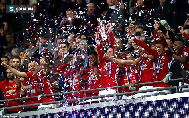 Chơi trò cút bắt, Ibrahimovic đưa Man United đăng quang trong nỗi lo thót tim - Ảnh 4.