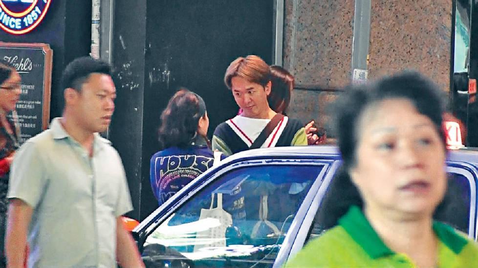 Sao TVB vui vẻ hẹn hò cùng lúc với ba bà vợ trên phố