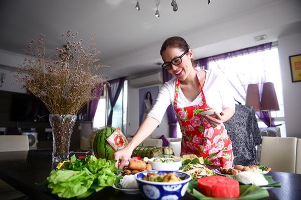 Á hậu Phương Lê tất bật vào bếp nấu bữa cơm tất niên - Ảnh 2.