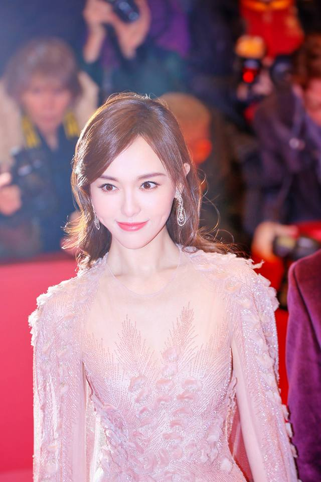 Xuất hiện xinh đẹp và lỗng lẫy nhưng Đường Yên vẫn bị ngó lơ trên thảm đỏ quốc tế - Ảnh 4.