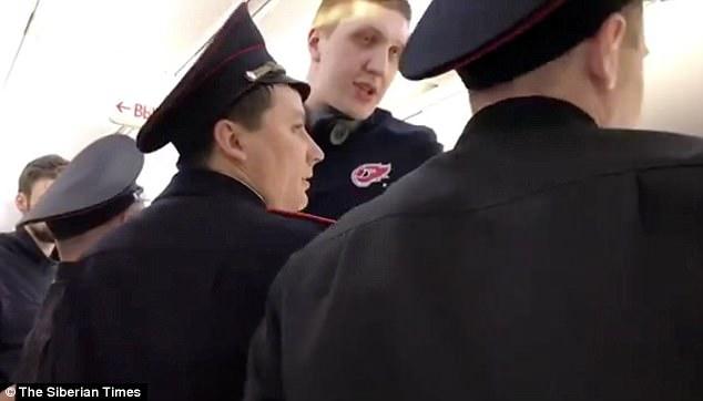 Vận động viên quốc gia Nga bị buộc rời khỏi máy bay vì chiều cao quá khổ - Ảnh 4.