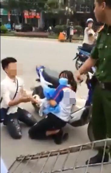 Thanh niên quỳ gối giữa đường xin công an thả xe cho người yêu 2