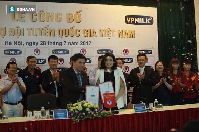Lần đầu bầu Đức mang về HĐ lớn cho bóng đá Việt Nam và còn thêm cả một… mỹ nhân! - Ảnh 1.