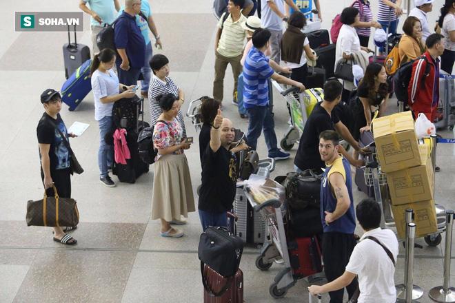 Chùm ảnh: Flores bay đêm, rời Việt Nam về Canada - Ảnh 18.