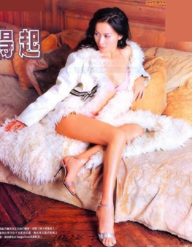 Vợ của Lương Triều Vỹ gây ngỡ ngàng vì nhan sắc gợi cảm dù đã 52 tuổi   - Ảnh 4.
