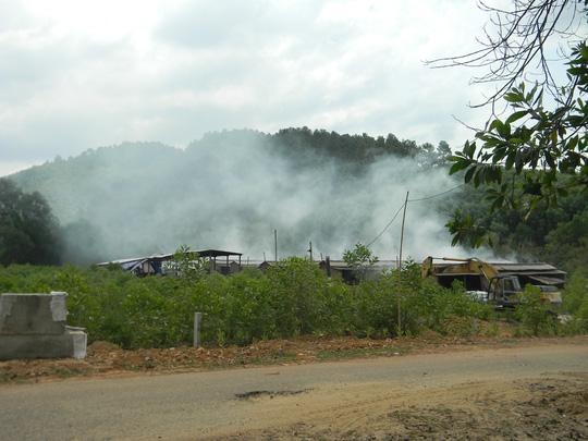 Người dân kéo đến xưởng chế biến cau gây ô nhiễm, 5 công nhân Trung Quốc bỏ chạy vào rừng - Ảnh 2.