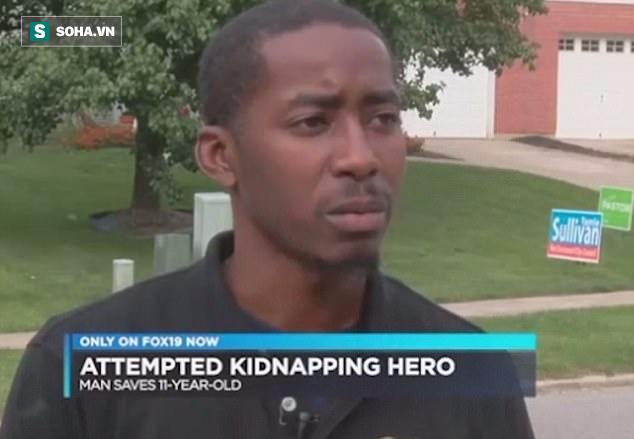 Gặp hai bố con trên đường, thấy bé gái mấp máy 2 chữ, người đàn ông lập tức báo cảnh sát - Ảnh 1.
