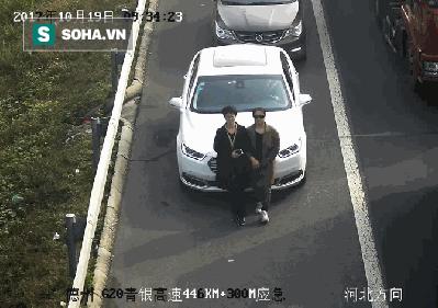 Sự thật bất bình đằng sau việc 2 người phụ nữ khoác tay nhau, đi ngay trước đầu xe ô tô - Ảnh 1.