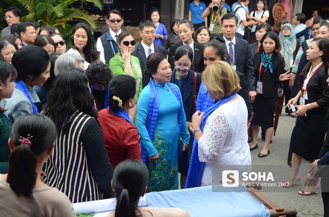 [ẢNH/VIDEO] Phu nhân/phu quân các lãnh đạo APEC hào hứng khám phá nét đẹp phố cổ Hội An - Ảnh 10.