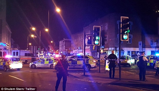 Lao xe tải vào đám đông người Hồi giáo ở London: Cảnh sát Anh xác nhận vụ tấn công mang dấu hiệu khủng bố - Ảnh 5.