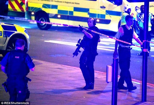 Lao xe tải vào đám đông người Hồi giáo ở London: Cảnh sát Anh xác nhận vụ tấn công mang dấu hiệu khủng bố - Ảnh 6.