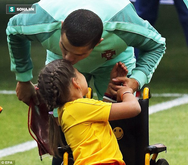 Ronaldo trao nụ hôn làm tan chảy hàng triệu trái tim - Ảnh 3