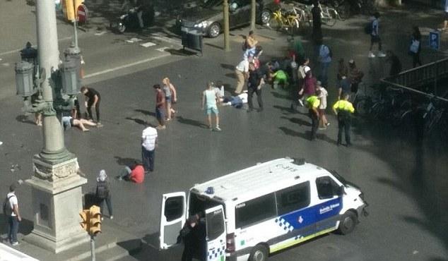 Tấn công khủng bố liên tiếp ở Tây Ban Nha: Rào chắn được dựng lên ở thủ đô Madrid - Ảnh 3.
