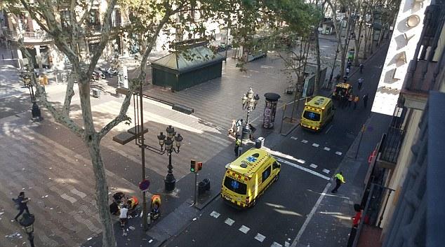 Tấn công khủng bố liên tiếp ở Tây Ban Nha: Rào chắn được dựng lên ở thủ đô Madrid - Ảnh 4.