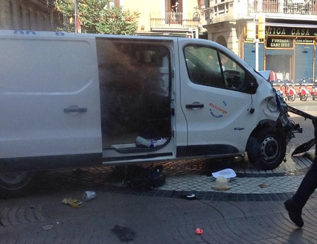 Tấn công khủng bố liên tiếp ở Tây Ban Nha: Rào chắn được dựng lên ở thủ đô Madrid - Ảnh 5.