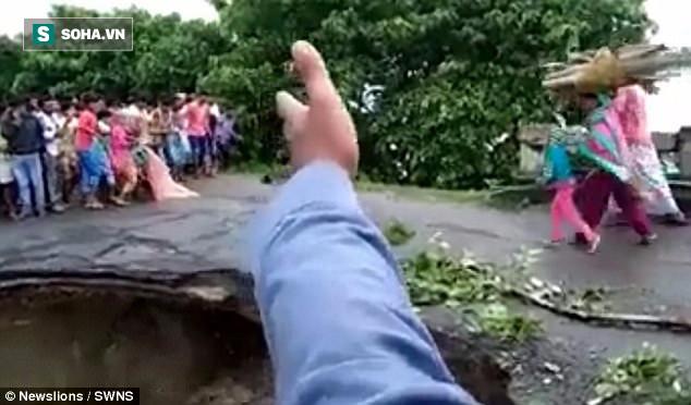 Clip: Nước lũ làm sập cầu, 2 mẹ con tử vong chỉ trong một bước chân - Ảnh 2.