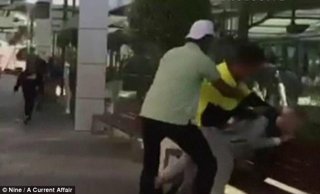 Nhóm thanh niên vây đánh một cậu bé bị tự kỷ chỉ để mua vui gây phẫn nộ - Ảnh 1.