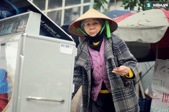 Cụ bà 88 tuổi vá xe trên phố Hà Nội và câu chuyện khiến nhiều bạn trẻ xấu hổ - ảnh 6