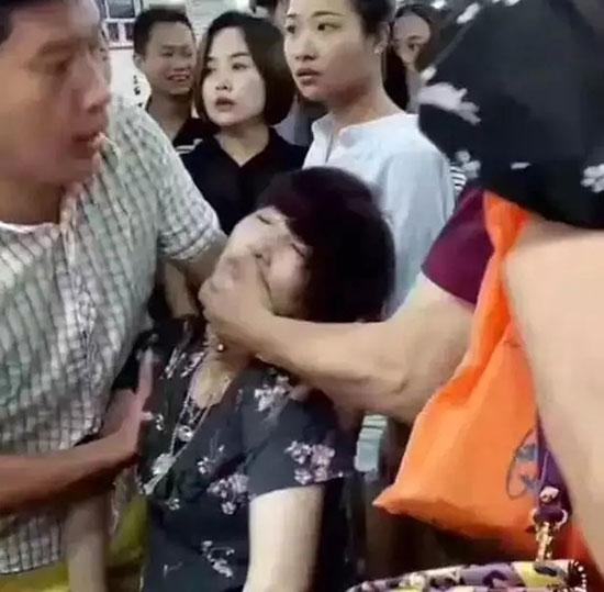 Lỡ tay làm vỡ vòng ngọc có giá hơn 1 tỉ đồng, người phụ nữ ngất xỉu ngay tại hiện trường - Ảnh 5.
