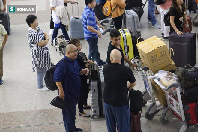 Chùm ảnh: Flores bay đêm, rời Việt Nam về Canada - Ảnh 15.