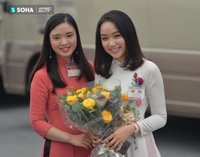 Chân dung thiếu nữ tặng hoa Chủ tịch Trung Quốc Tập Cận Bình tại Nội Bài trưa nay  - Ảnh 1.